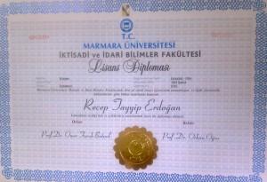 """Marmara Üniversitesi Rektörü Prof. Dr. Zafer Gül, Başbakan Recep Tayyip Erdoğan'ın 4 yıllık üniversite mezunu olduğunu belirterek, """"Cumhurbaşkanlığına aday olamayacağı"""" yönündeki iddianın gerçeği yansıtmadığını bildirdi.          (İbrahim Halil Çekici - Anadolu Ajansı)"""