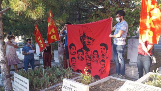 Ankara Şentepe'de, o dönemlerde Ankara'daki ilk yargısız infazla 1 Eylül 1979'da aramızdan bedence koparılanMahmut-İbo-Sadi Yoldaşlarıve Ankara Karşıyaka'da kahpece arkadan vurularak katledilenEngin Yüzbaşıoğlu Yoldaş'ı mezarları başında andık Mezar başında tüm Devrim […]
