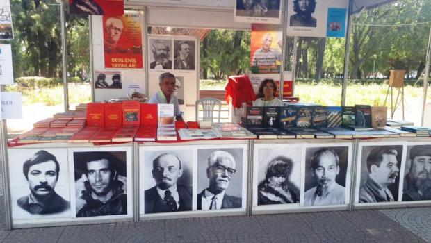 Bu yıl 90'ıncısı düzenlenen İzmir Enternasyonal Fuarı'nda oluşturulan Kitap Sokağı'nda Derleniş Yayınları da yerini aldı. Derleniş Yayınları, 3-12 Eylül 2021 tarihleri arasında düzenlenen fuarda, Türkiye Devrimi'nin Önderi Hikmet Kıvılcımlı'nın ve […]